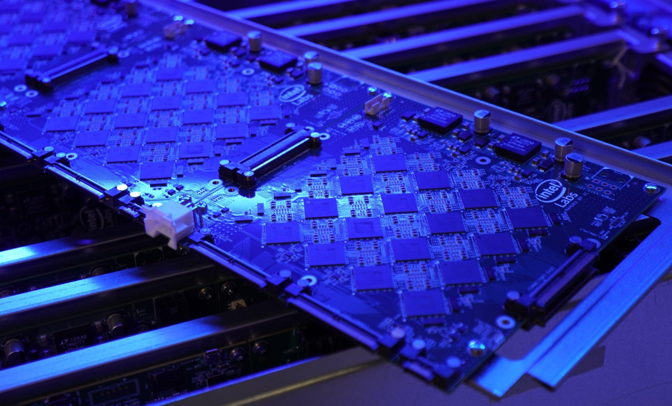Procesory sieci neuronowej: Intel chwali się potężną maszyną 8