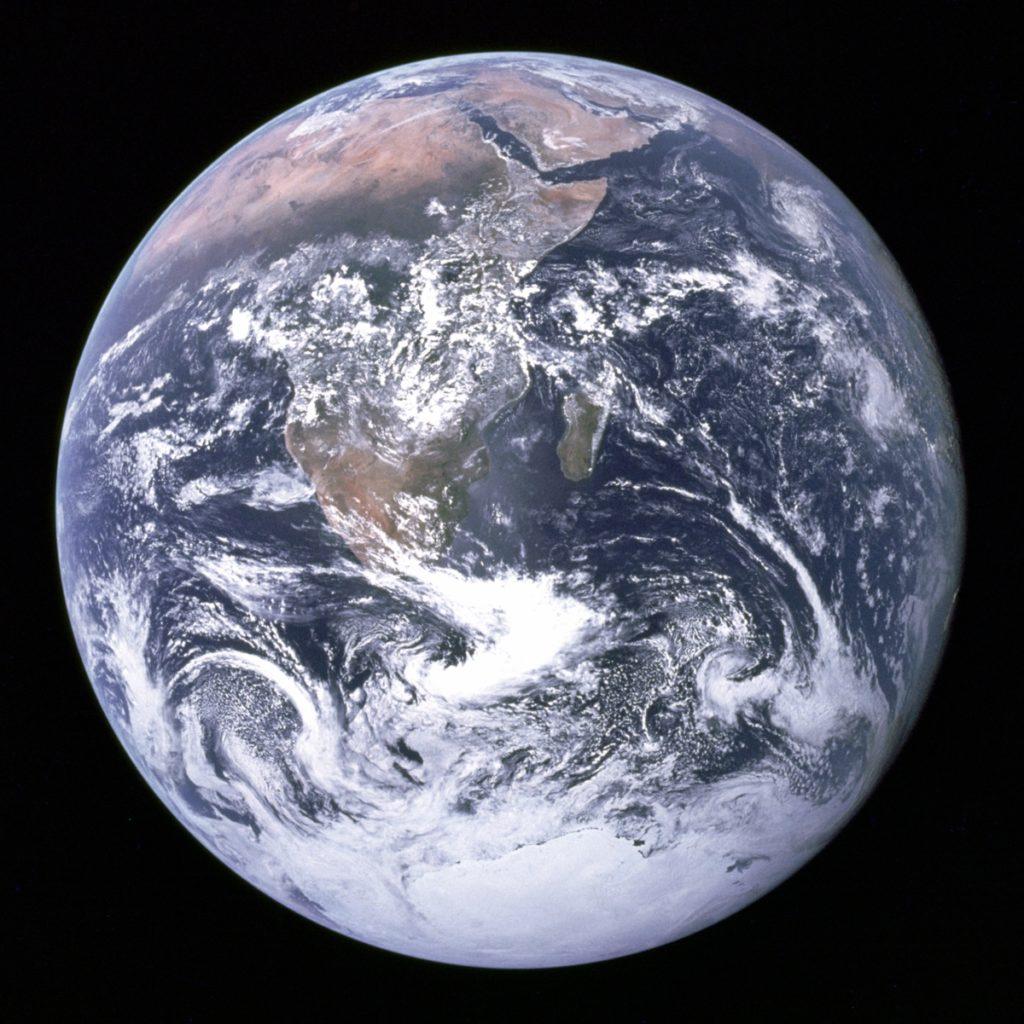 Zdjęcie ziemi wykonane z przestrzeni kosmicznej w 1972 r. bez użycia AI