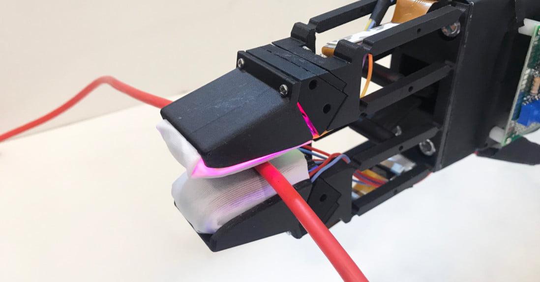 Maszynowe ramię, które precyzyjnie łapie delikatne przedmioty