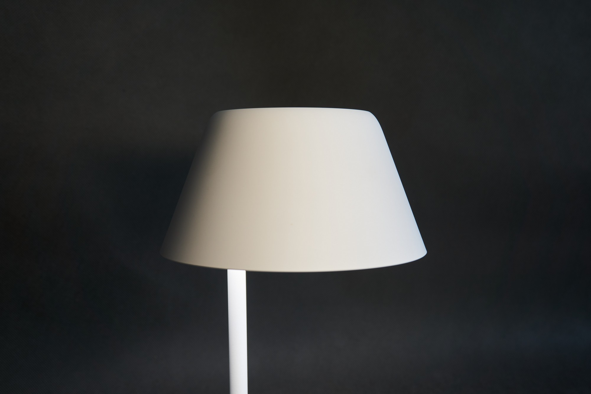 Inteligentna lampka nocna z ładowarką bezprzewodową, czyli Yeelight Staria Bedside Lamp Pro w praktyce (recenzja)