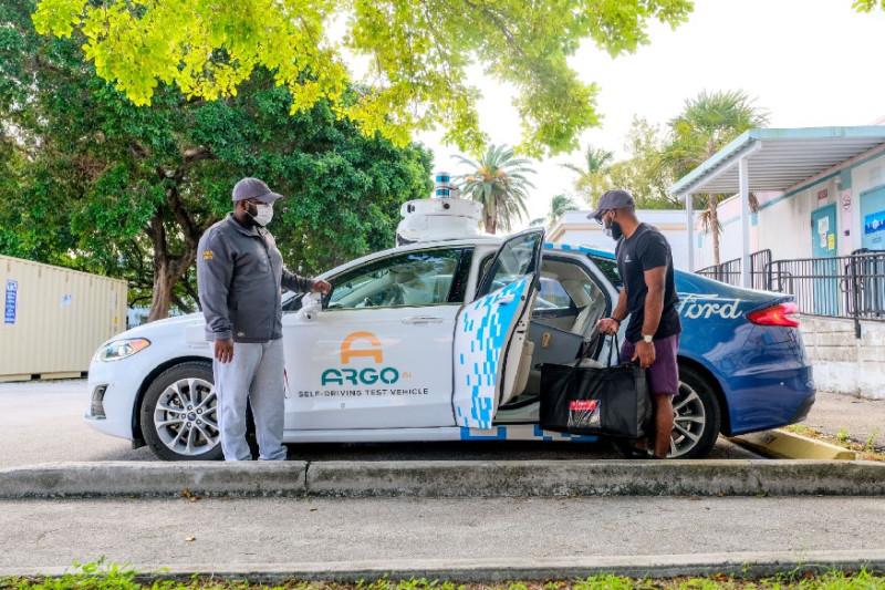 Samochód autonomiczny Forda dostarczy jedzenie potrzebującym