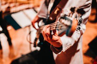 Tylko posłuchajcie tego! Niekończące się solo na gitarze basowej, tworzone przez AI