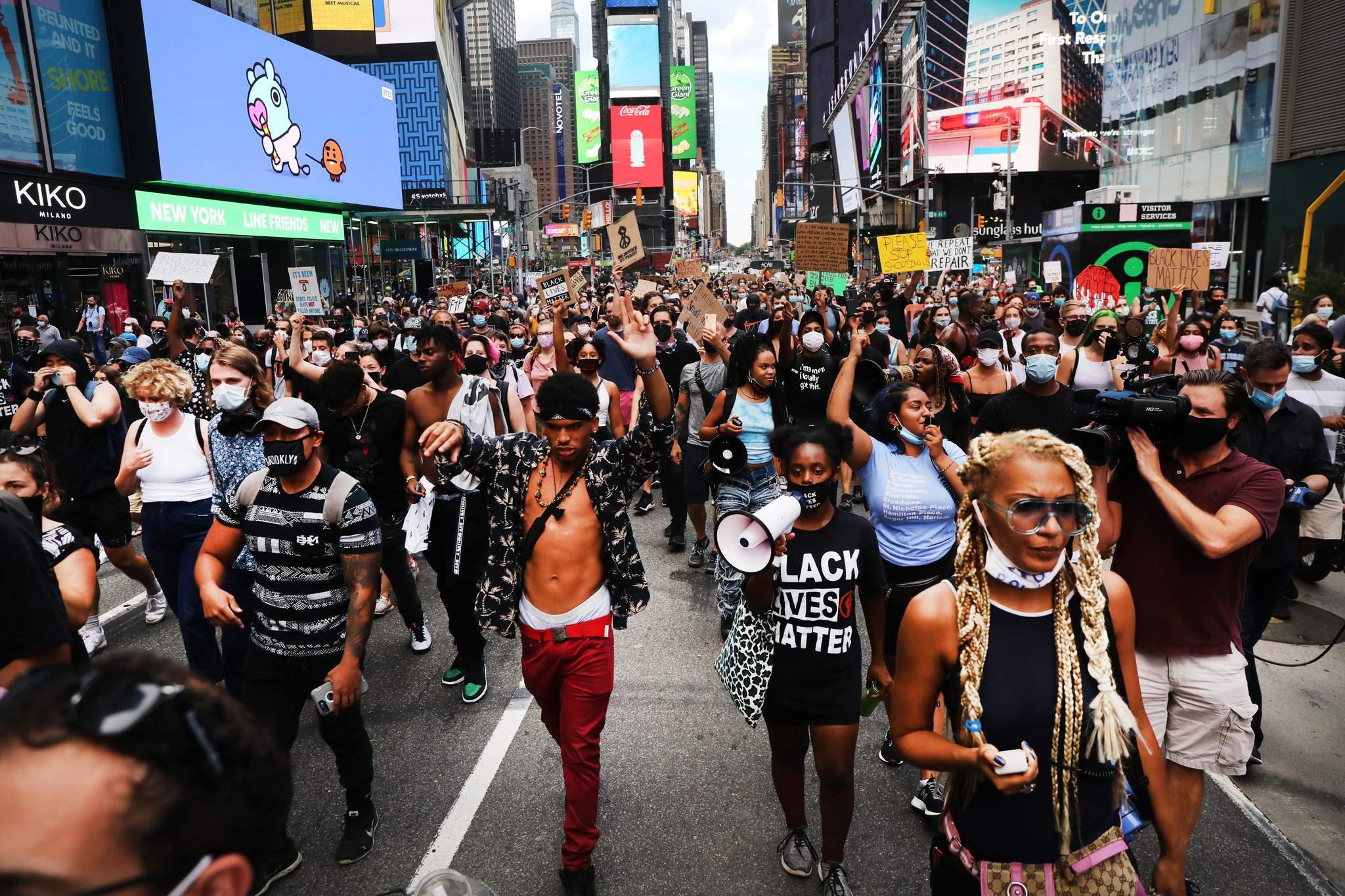 """Według Amnesty International nowojorska policja w niewłaściwy sposób wykorzystała rozpoznawanie twarzy podczas protestów """"Black Lives Matter"""" (fot. Amnesty International)"""