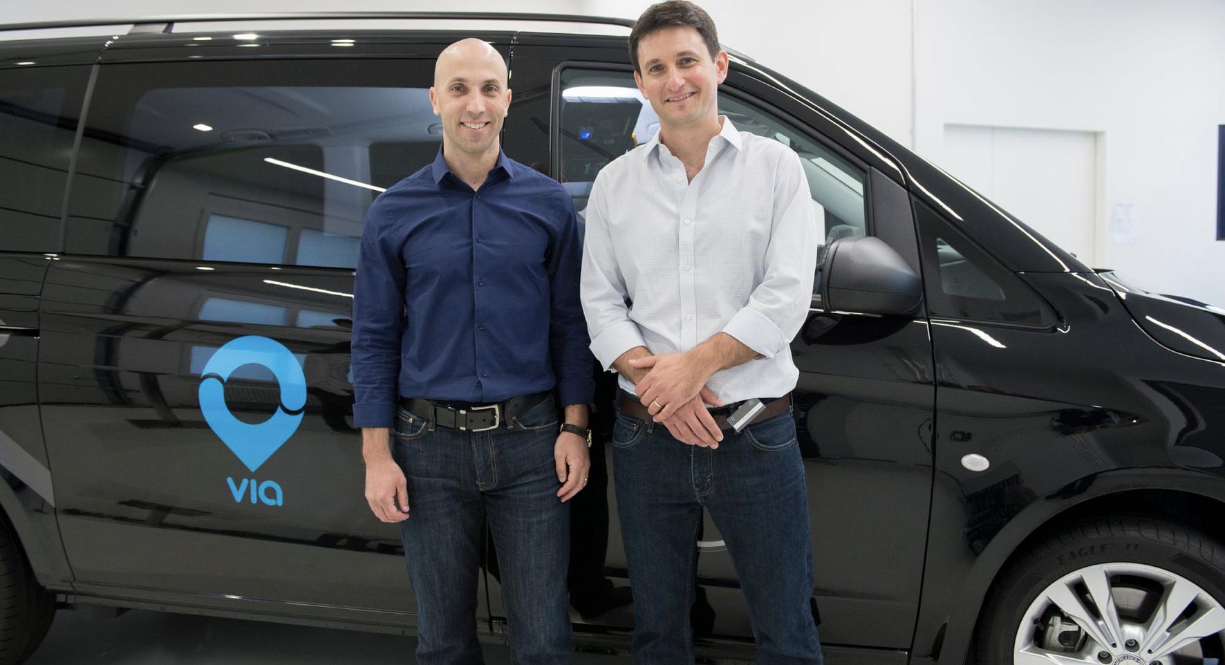 Obrazek przedstawia dwójkę inżynierów stojących przed samochodem autonomicznym startupu Via.