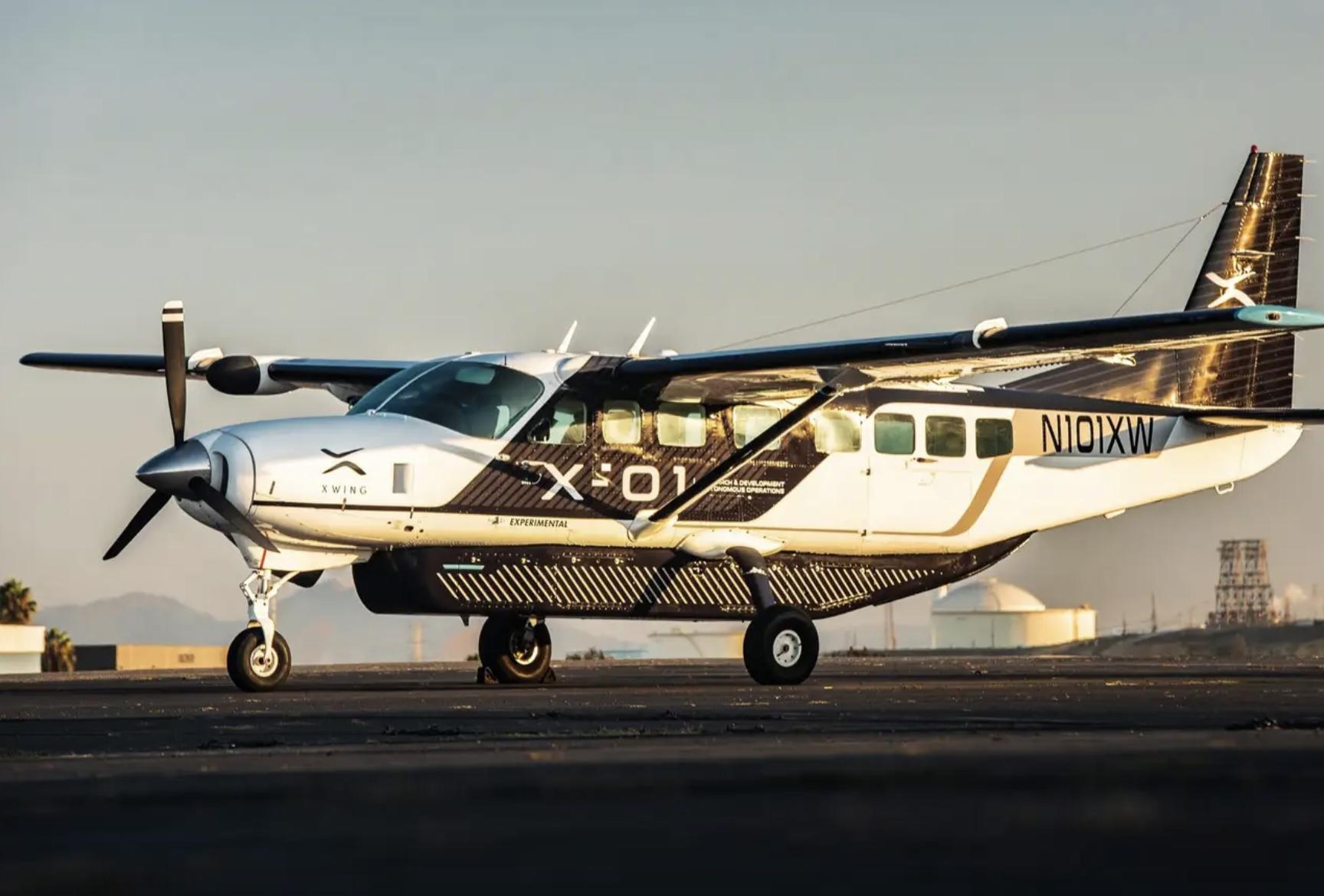Obrazek przedstawia samolot autonomiczny Cessna, który znajduje się na pasie startowym.