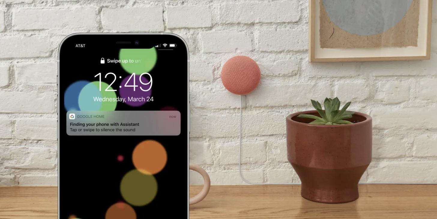 """Obrazek przedstawia iPhone, na którym wyświetla się powiadomienie funkcji """"Znajdź mój telefon"""" działającej za pośrednictwem Google Assistant"""