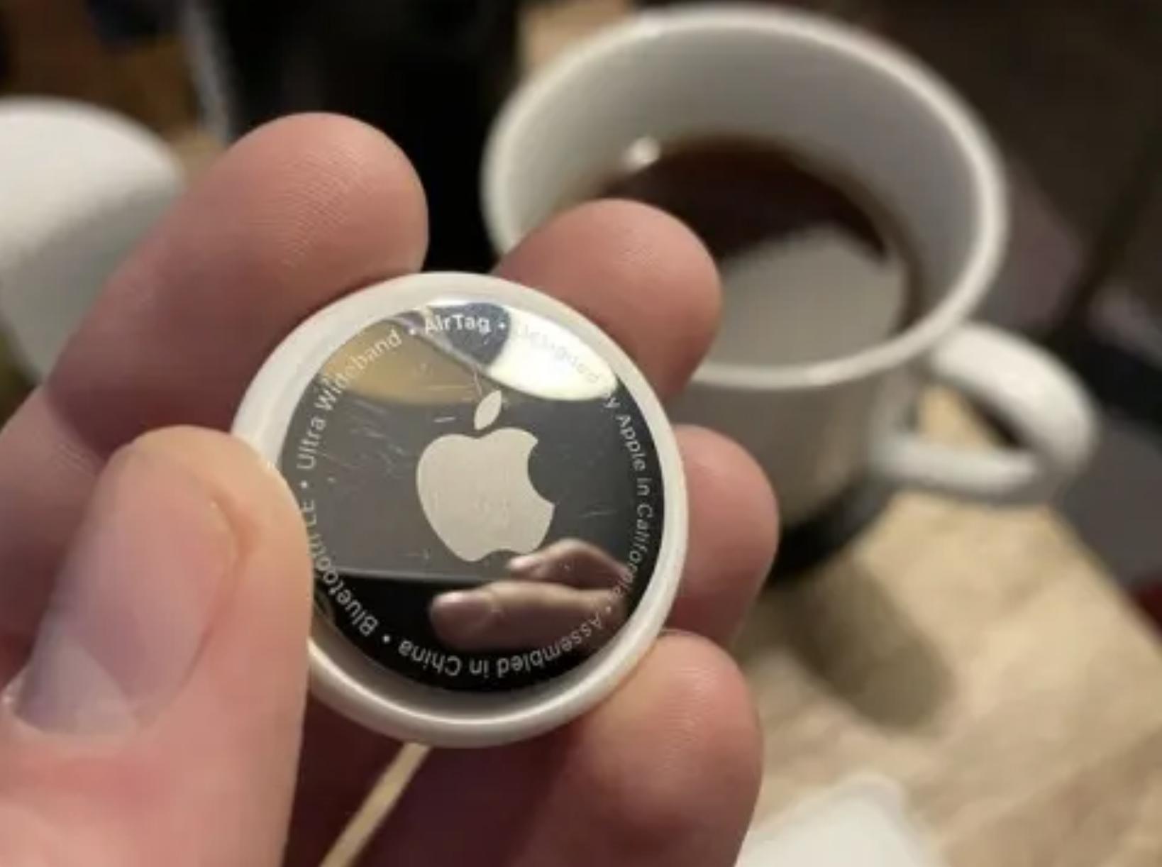 Obrazek przedstawia Apple AirTag, który został porysowany.