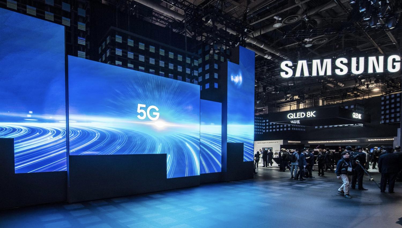 Obrazek pokazuje wystawę urządzeń w salonie firmy Samsung.