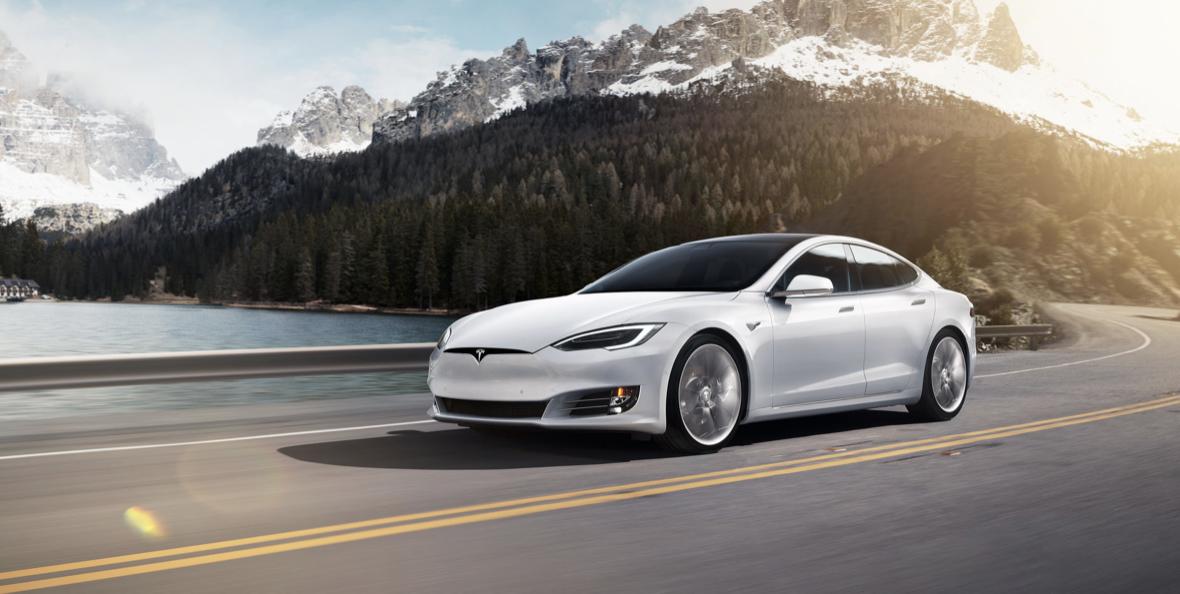 Obrazek przedstawia samochód Tesla Model S, czyli dokładnie taki jaki rozbił się w Nowej Zelandii.