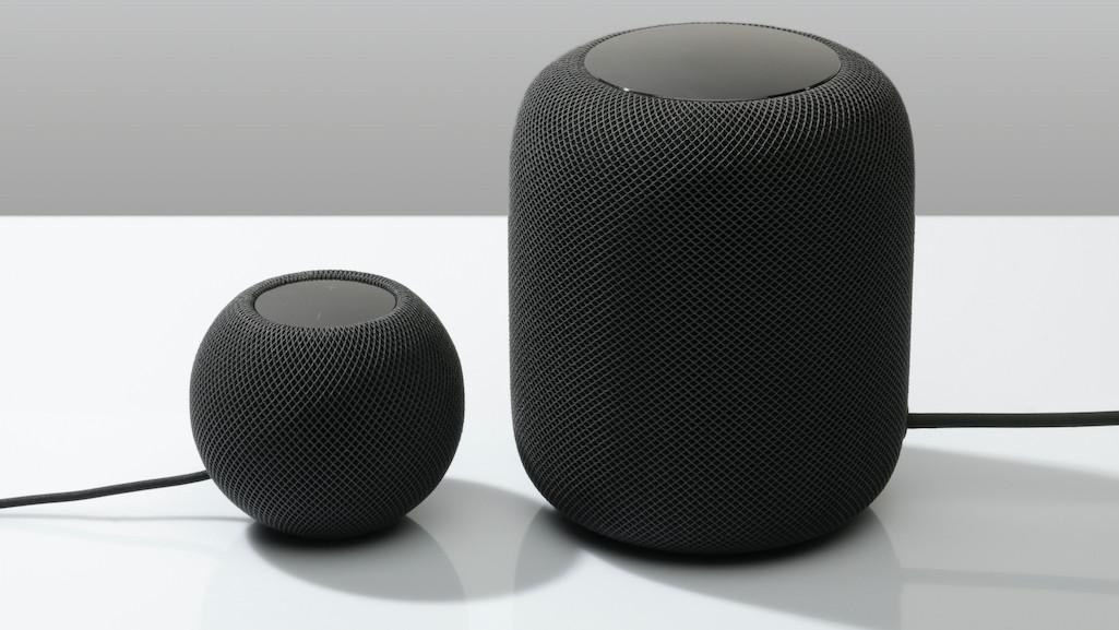 Obrazek przedstawia dwa głośniki HomePod i HomePod Mini od Apple.