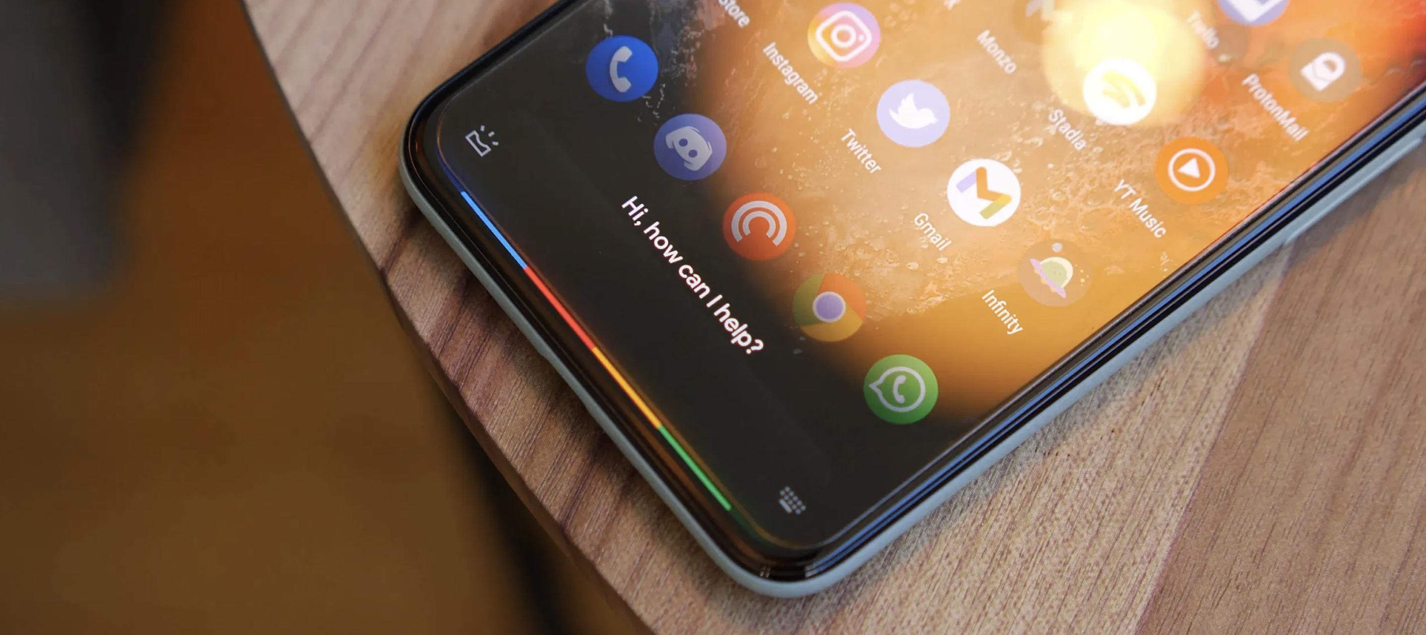 Obrazek przedstawia telefon z aktywnym Asystentem Google.