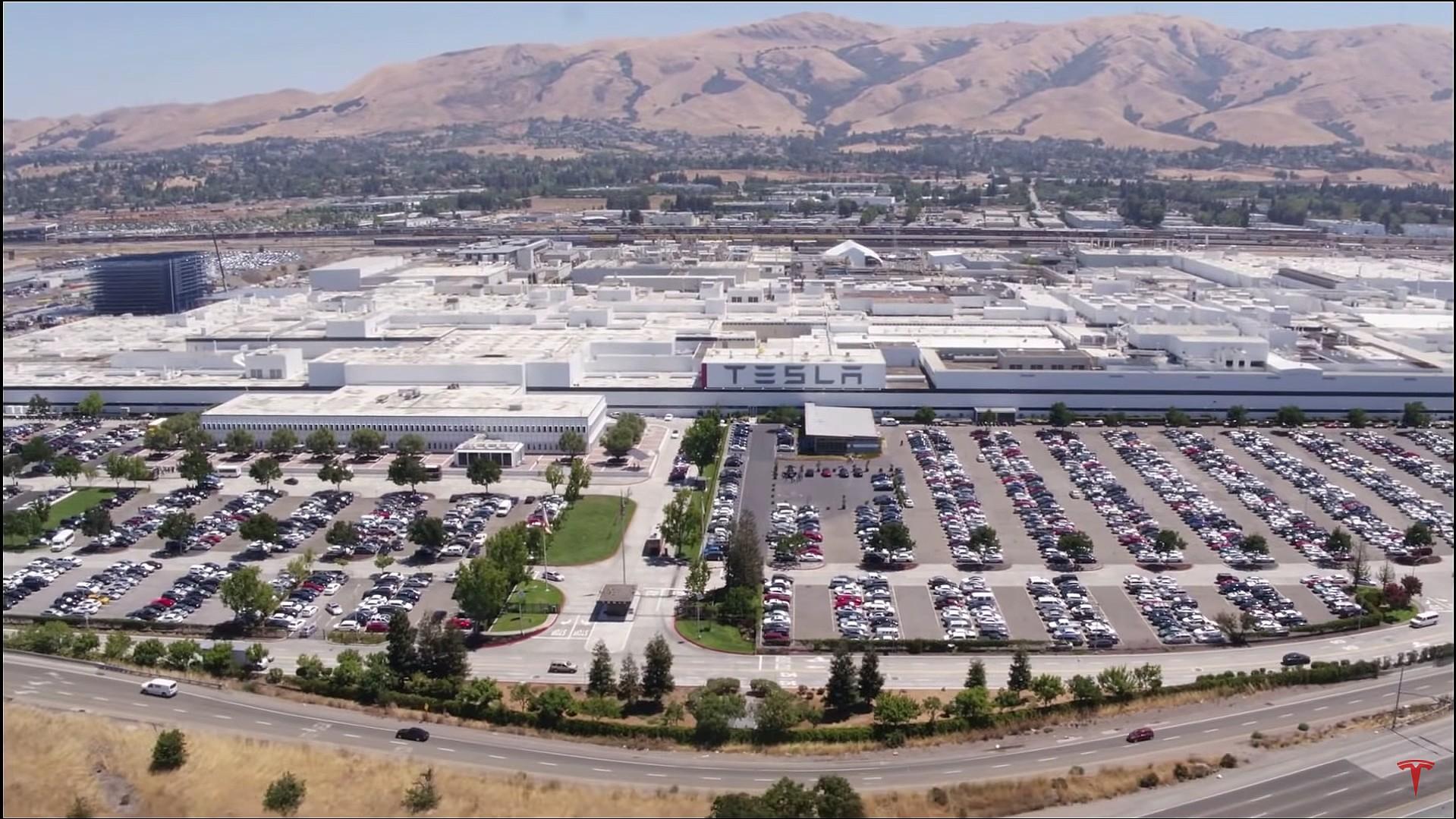 Obrazek przedstawia fabrykę firmy Tesla znajdującą się w kalifornijskim mieście Fremont.
