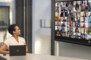 Obrazek przedstawia spotkanie hybrydowe przy użyciu platformy Microsoft Teams.