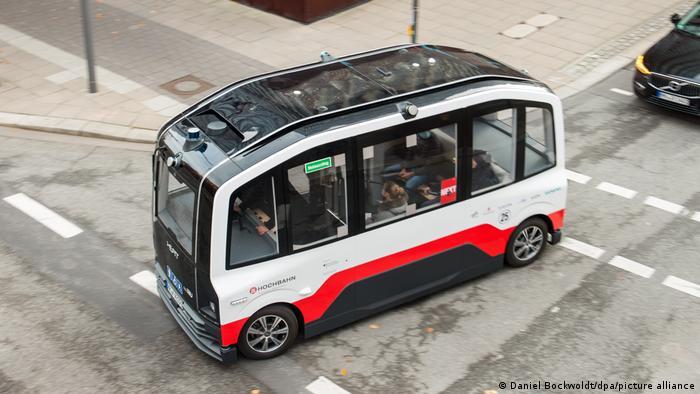 Obrazek przedstawia miejsce gdzie pojazdy autonomiczne takie jak autobus mogą być testowane w ruchu miejskim.