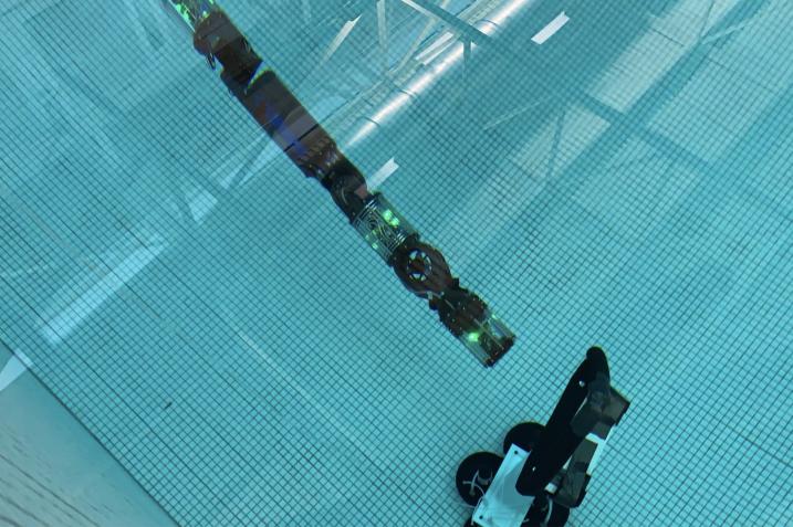 Obrazek przedstawia robota HUMRS z Carnegie Mellon University podczas testów pływania.