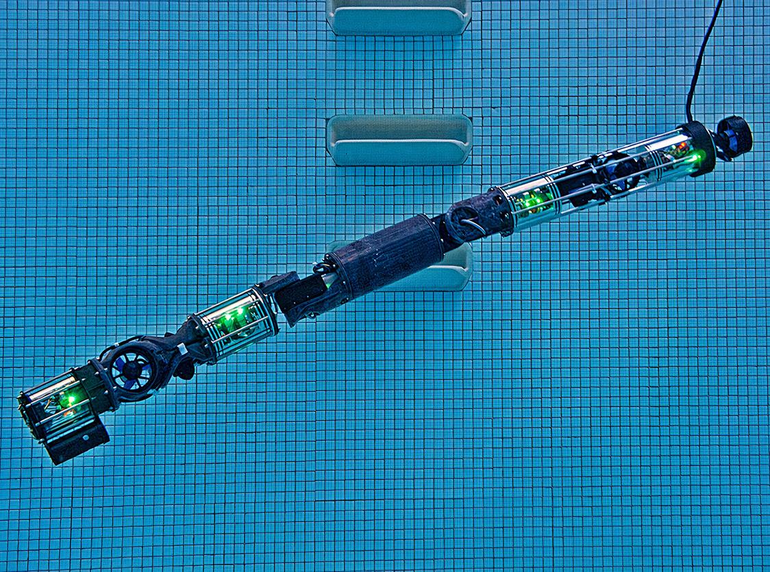 Obrazek przedstawia robota HUMRS z Carnegie Mellon University podczas pływania.