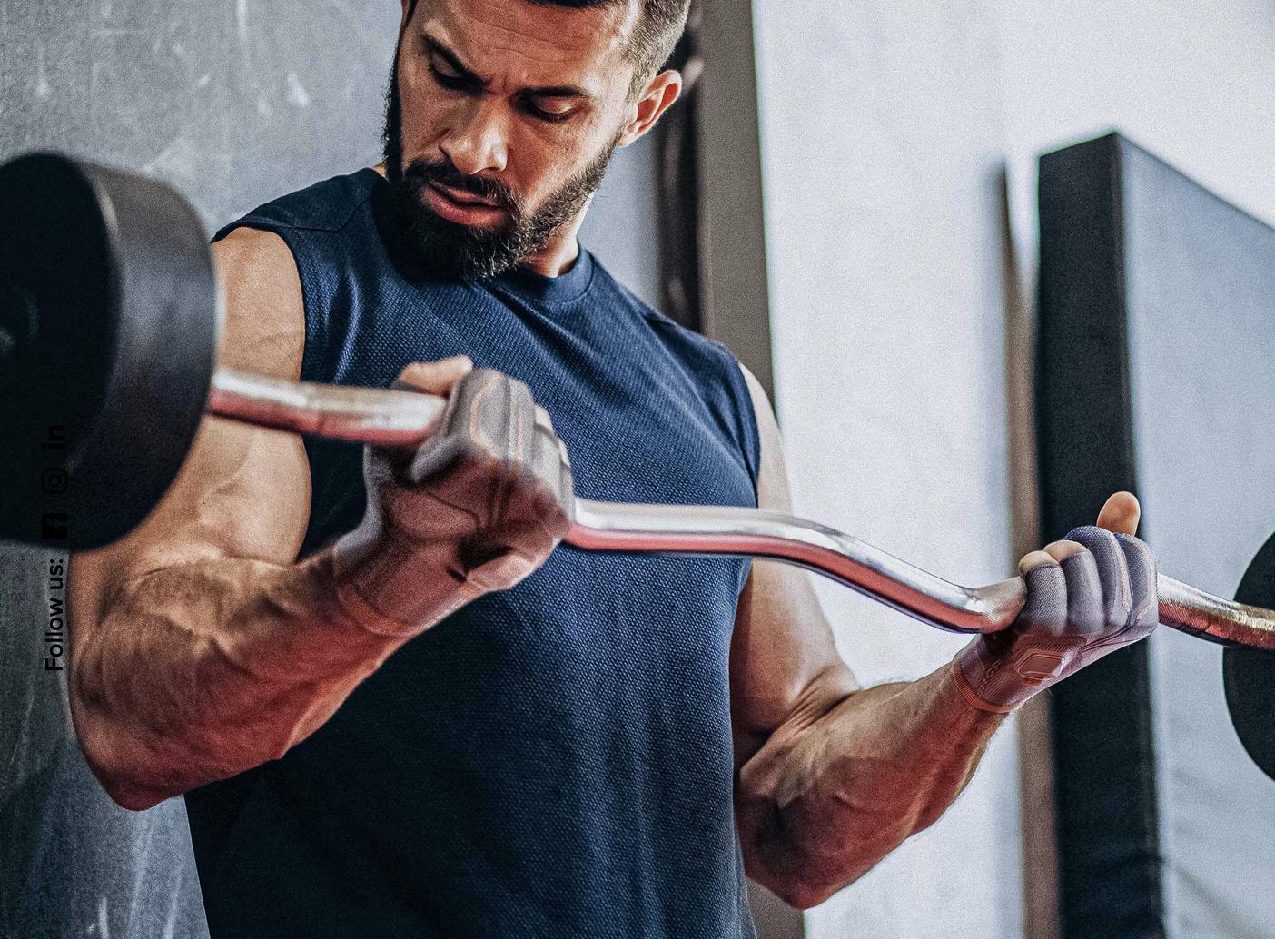 Obrazek przedstawia osobę ćwiczącą z obiema rękawicami od Shape.Care.