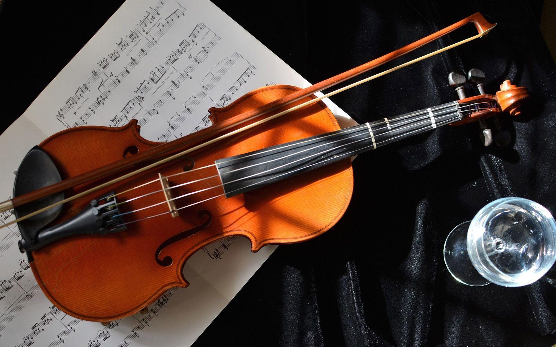 Obrazek przedstawia skrzypce, którymi będzie się zajmować opisywana w tekście AI.