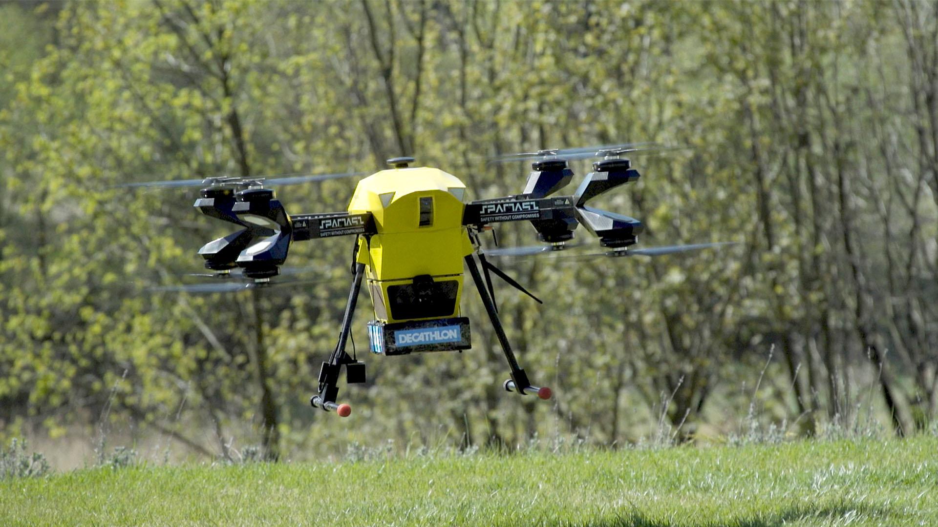 Pierwsza przesyłka dostarczona dronem w Polsce już u adresata