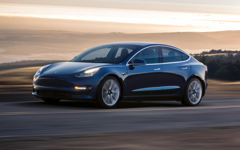 Obrazek przedstawia samochód Tesla Model 3.