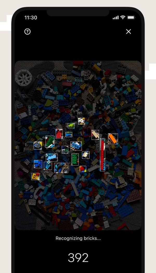 Obrazek przedstawia ekran aplikacji Brickit podczas skanowania klocków LEGO.