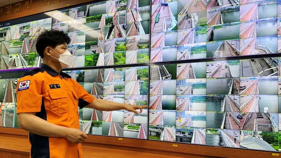 Sztuczna Inteligencja obserwuje mosty fot. Reuters