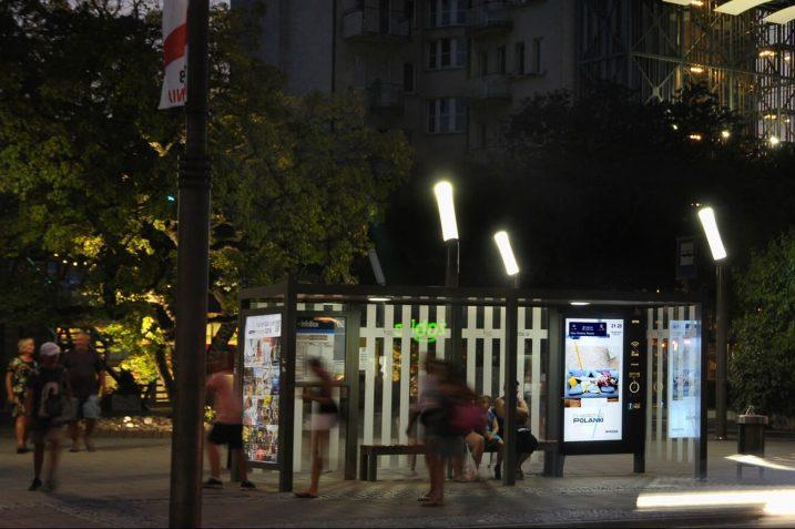Przystanki, na których doładujesz telefon i sprawdzisz, gdzie jest autobus pojawiły się w Warszawie