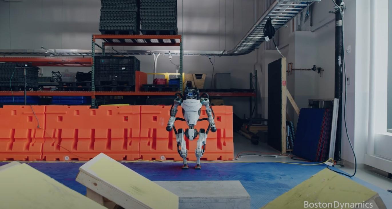 Parkour w wykonaniu robotów Boston Dynamics? Musicie to zobaczyć!